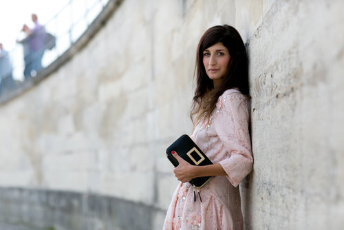 A solid clutch to anchor a pretty pink dress on Valentina Siragusa.