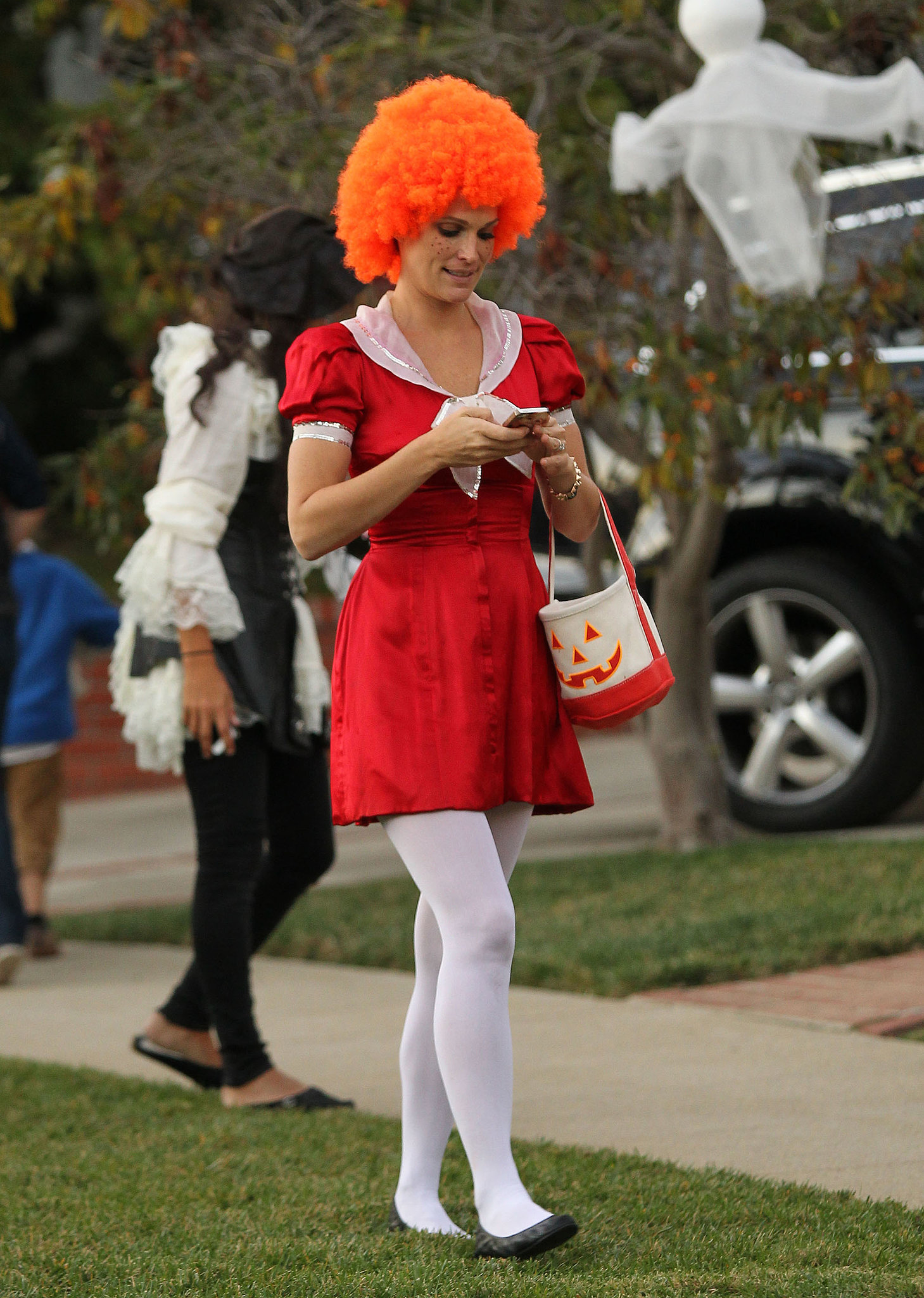 Molly Sims walked around LA as a grown-up version of Annie.