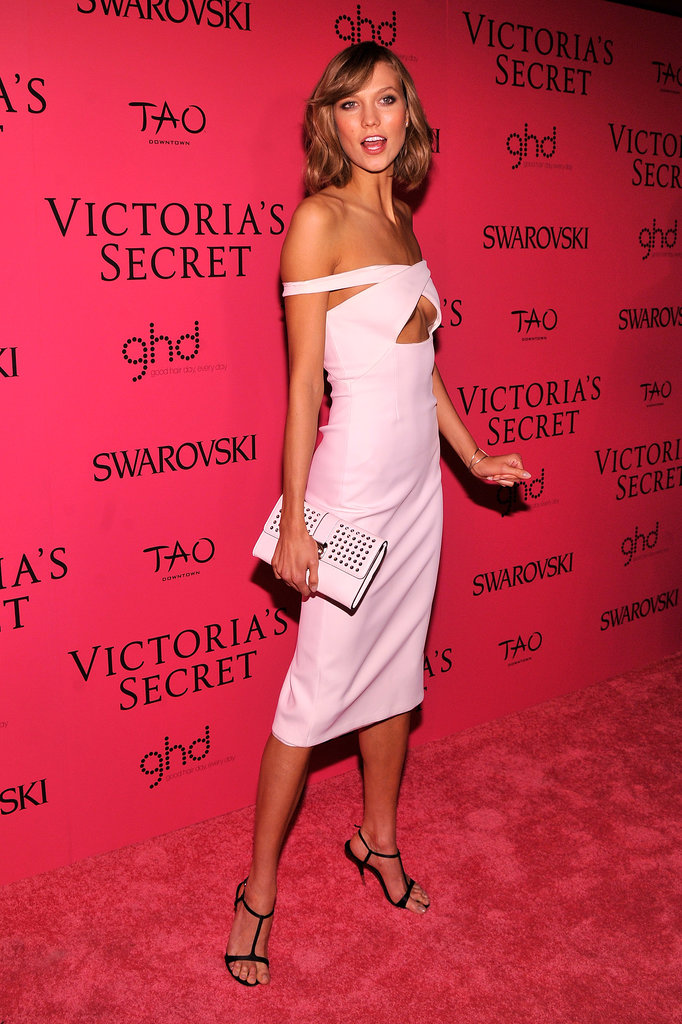 We love how Karlie Kloss opted for an off-the-shoulder ivory neoprene dress by Cushnie et Ochs — complete with a sexy cutout, no less.