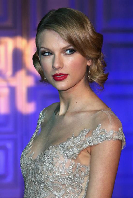 Taylor Swift Visits Kensington Palace and Looks Beautiful