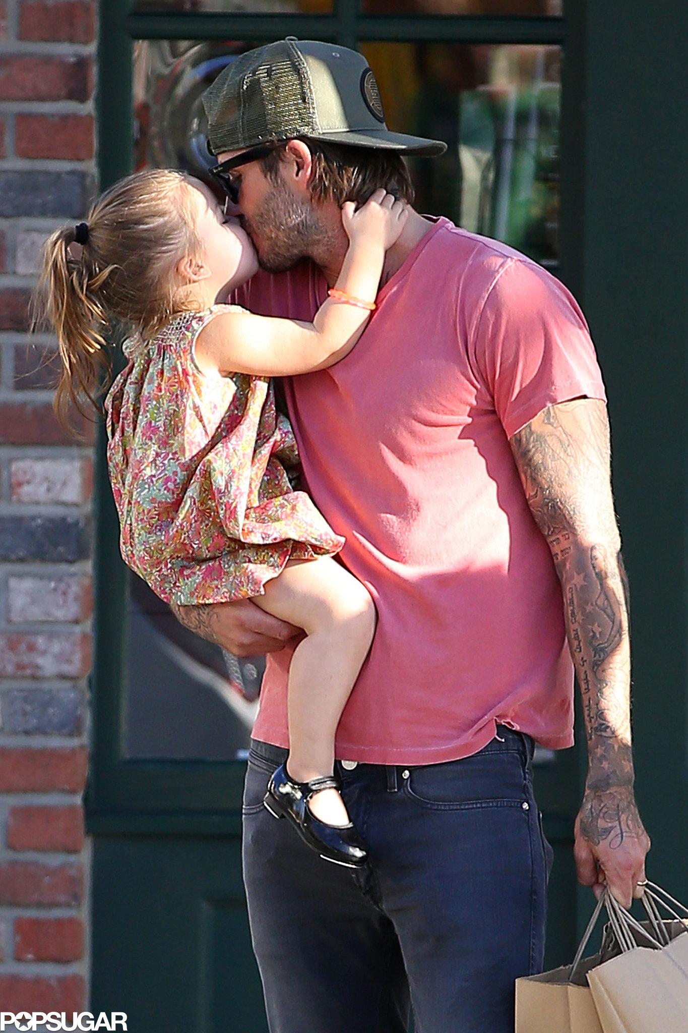 Целуется с дочкой 25 фотография