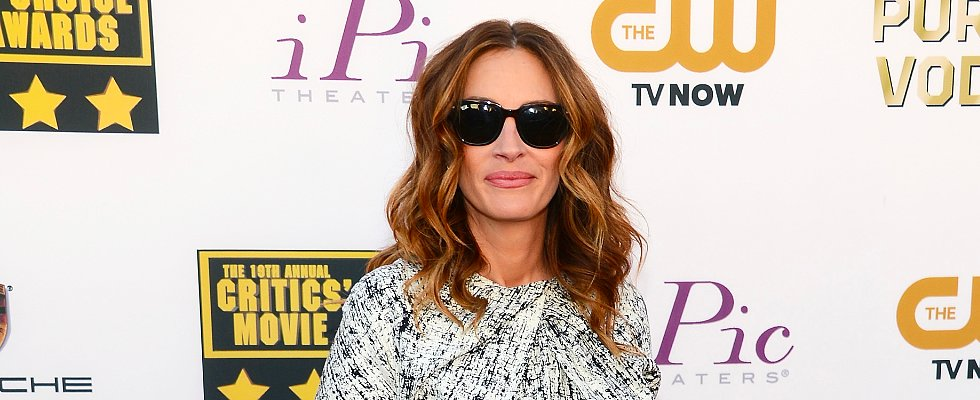 Has Julia Roberts Perfected the Beach Wave?