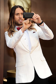 Jared-Leto-captured-Oscars-crowd-from-red-carpet-his