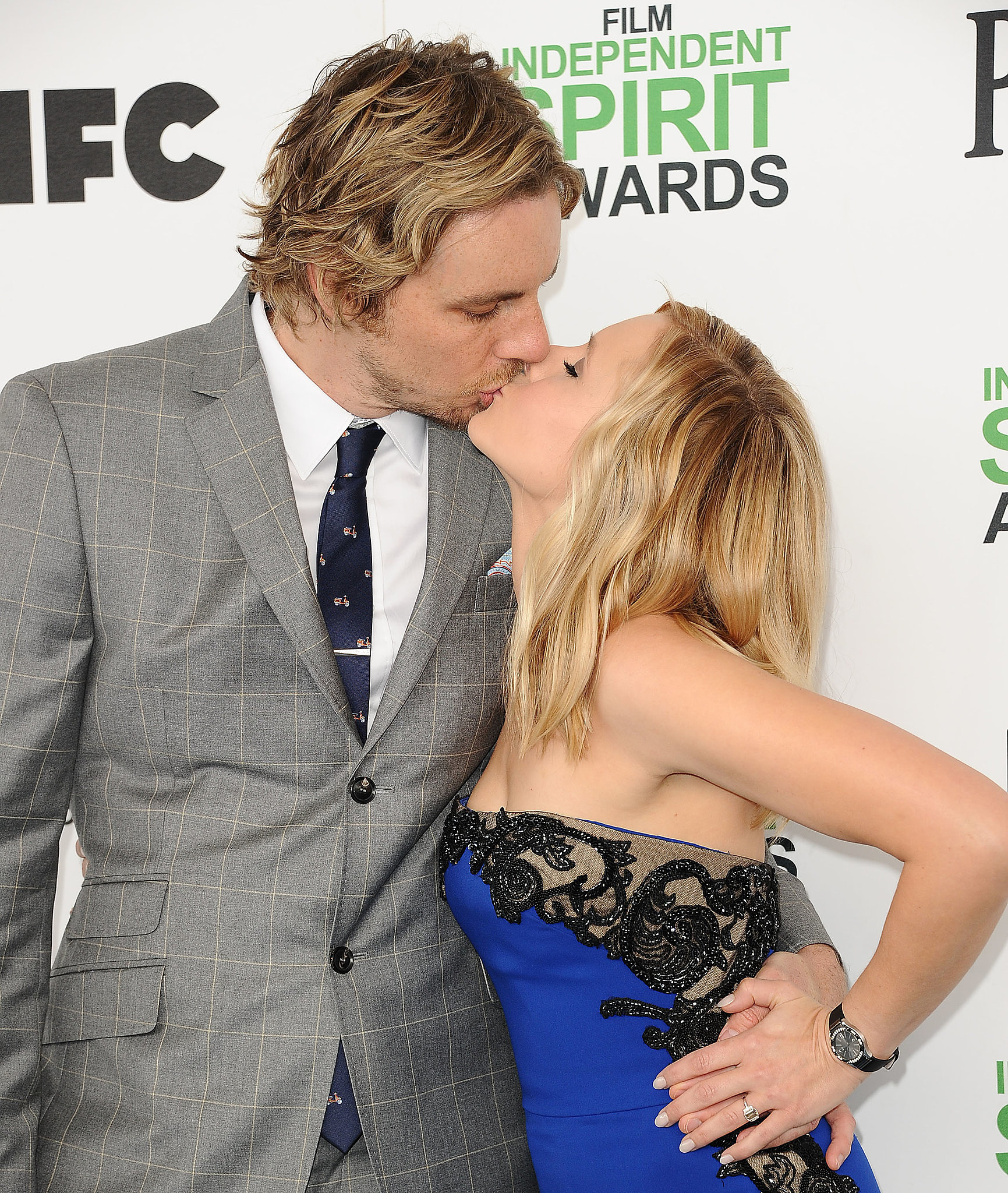 Dax Shepard and Kristen Bell shared a kiss on the red carpet at the Spirit Awards.