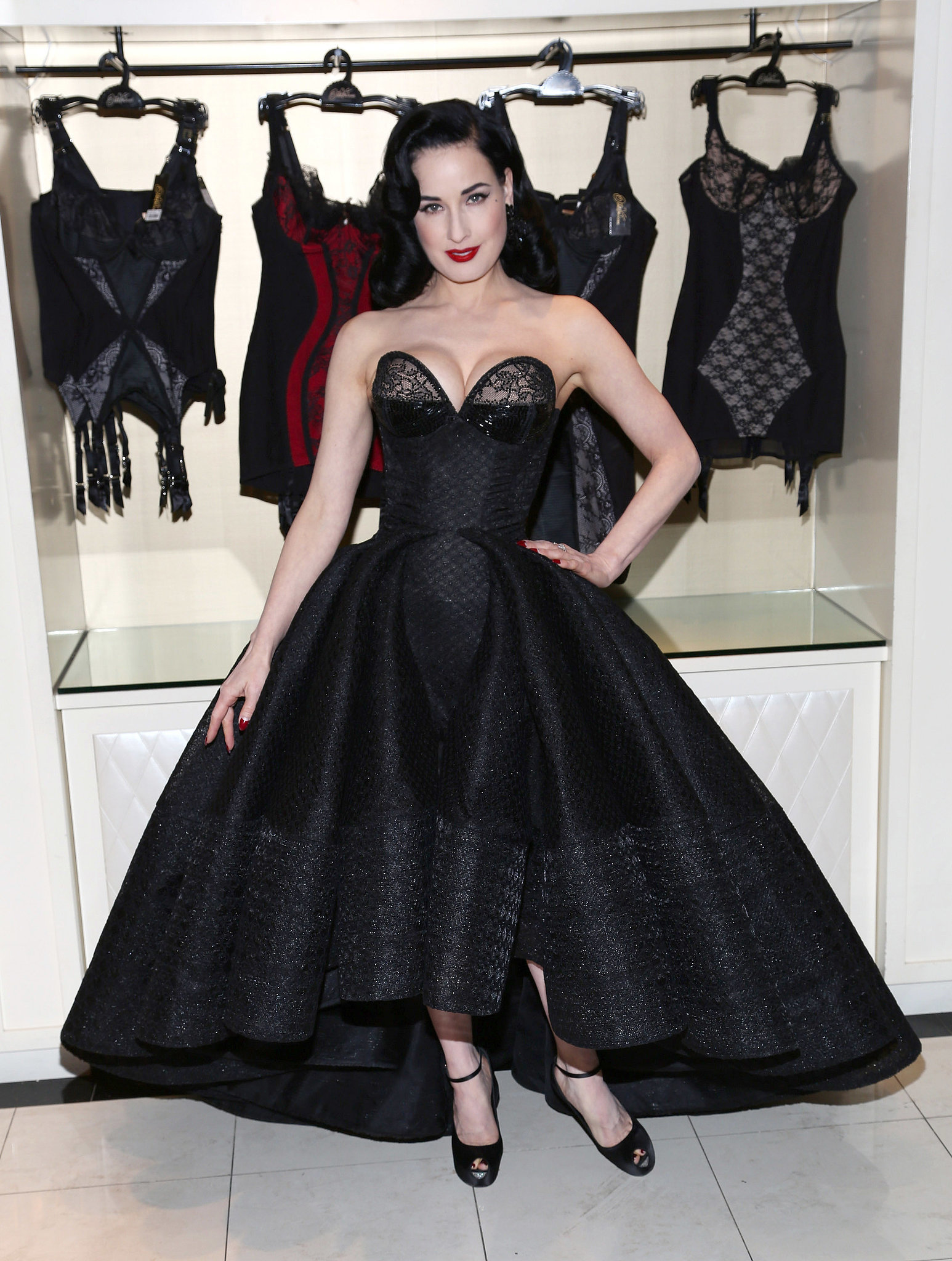 dita von teese dita proves there 39 s nothing more glamorous than a zac posen gown popsugar fashion. Black Bedroom Furniture Sets. Home Design Ideas
