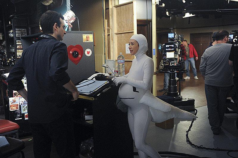 Showrunner Thomas gave Alyson Hannigan direction.
