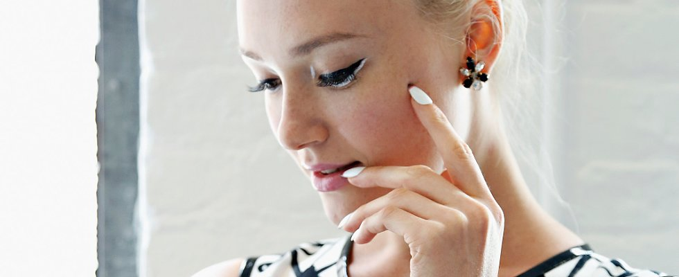 How to Wear White Makeup Like a Pro