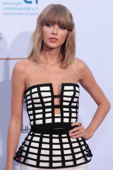 Taylor Swift Ditches the Red Lip and Looks Magnificent