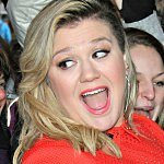 Kelly Clarkson responds perfectly to baby weight basher