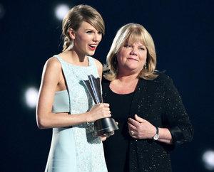 Taylor Swift's Mom Presents Her With ACM 2015 Milestone Award: See Her Heartfelt Speech