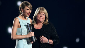 Taylor Swift's Mom Tearfully Presents Her With Milestone Award After Cancer Diagnosis