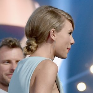 Taylor Swift's Hair and Makeup at the ACMAs