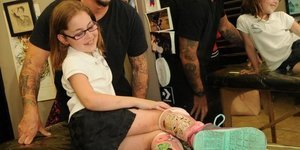 Tattoo Artist Turns Girl's Leg Braces Into A Pair Of Wicked Awesome Disney Villains