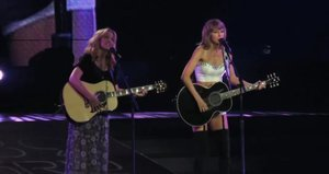 See Taylor Swift & Lisa Kudrow Sing 'Smelly Cat' from 'Friends'