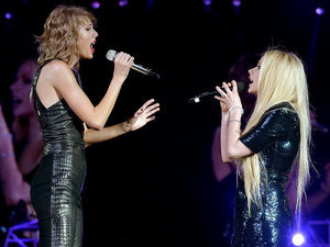 Nothing's 'Complicated' Here! Taylor Swift Brings Avril Lavigne Onstage for a Special Duet