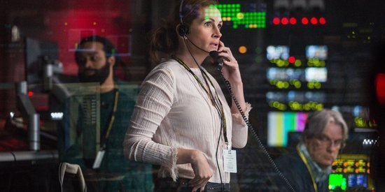 An Unruly Gunman Is No Match For Julia Roberts In 'Money Monster' Clip