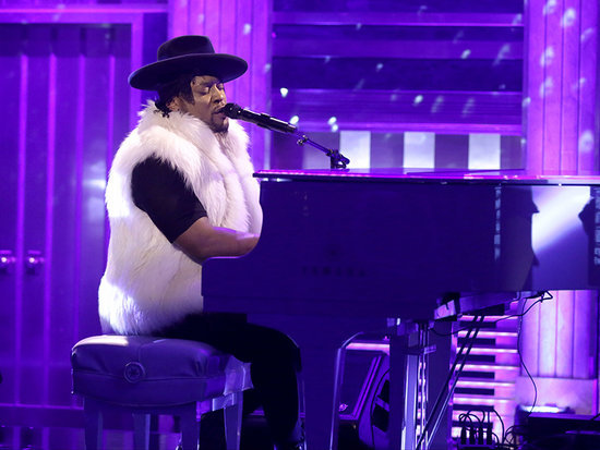 WATCH: D'Angelo Performs Prince Tribute with Maya Rudolph and Gretchen Lieberum on Tonight Show
