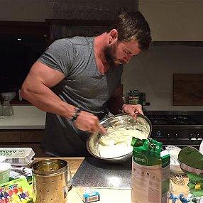 Chris Hemsworth Bakes Cake For Daughter's Birthday 2016