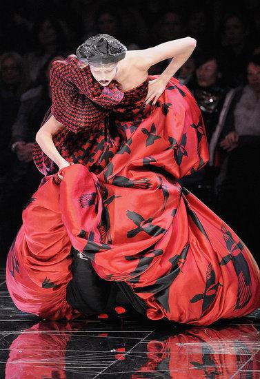 Trippy Shoes: Models Fear Next Step at Alexander McQueen, Tatjana Patitz Wobbles at Hermes