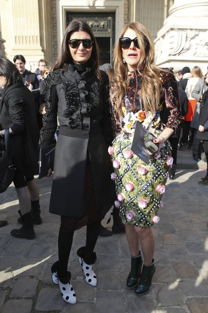 With her friend Giovanna Battaglia, Anna opts for a textured dress. Question: can you sit in that?