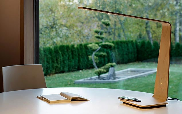 Table Lamp With Wire-Free Charging Station