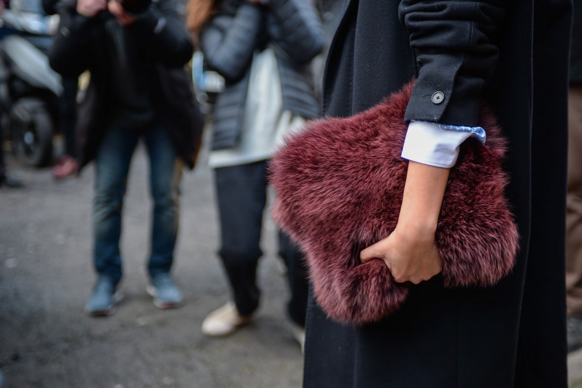 Armed with the luxest of clutches.  Source: Gorunway