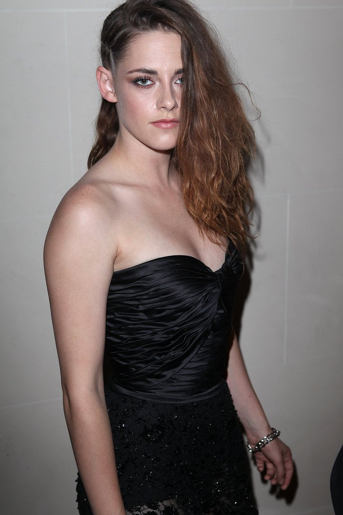To complete the look, Kristen went for smoky eyes, nude lips and very luminous skin.