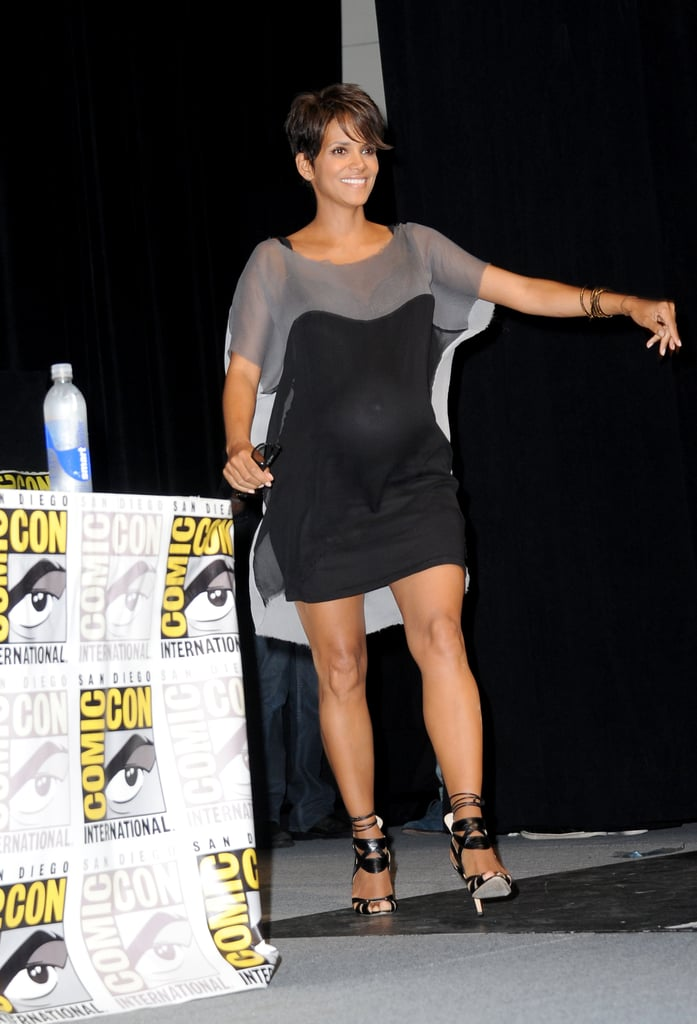 The mom-to-be chose simple gray and black for a Comic-Con appearance.