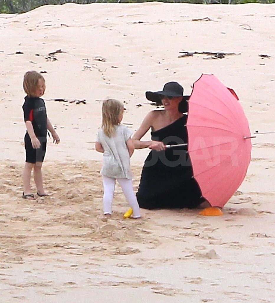 Angelina set up the umbrella while Knox and Vivienne watched.