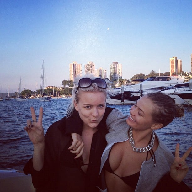 Lara and Hermione Underwood flashed peace signs for a cute photo. Source: Instagram user mslbingle