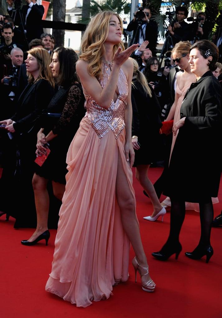 Doutzen Kroes blew kisses at the crowd during the premiere of Le Passe.