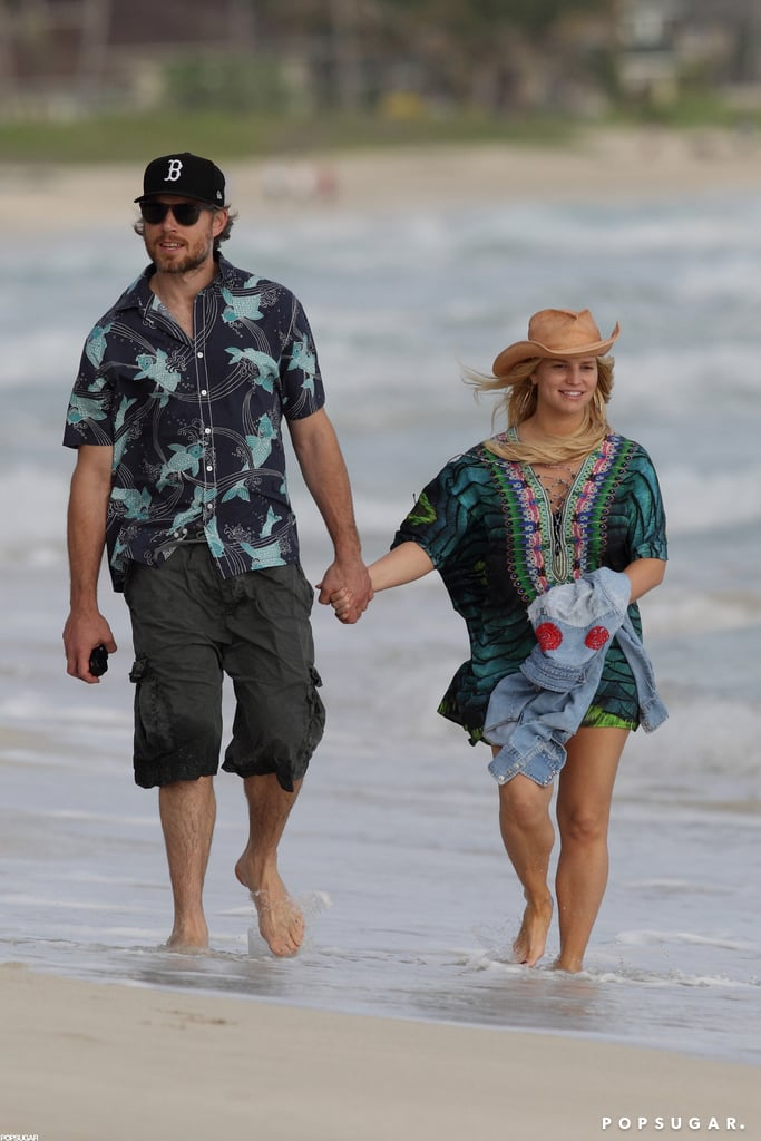 Jessica Simpson and Eric Johnston walked on the beach in Hawaii after confirming her second pregnancy.