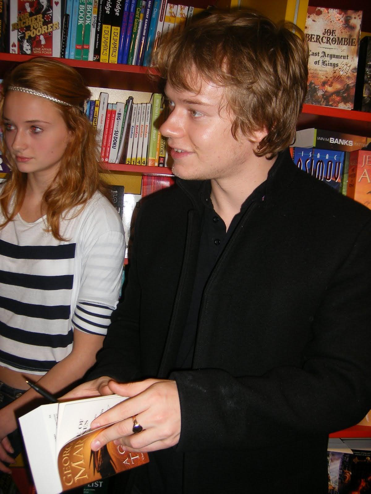 Sophie Turner (Sansa Stark) and Alfie Allen (Theon Greyjoy) — I cannot. Source: Blogspot user thewertzone