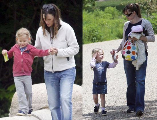 Photos of Jennifer Garner and Violet Affleck in Boston 2009-05-13 15:30:26