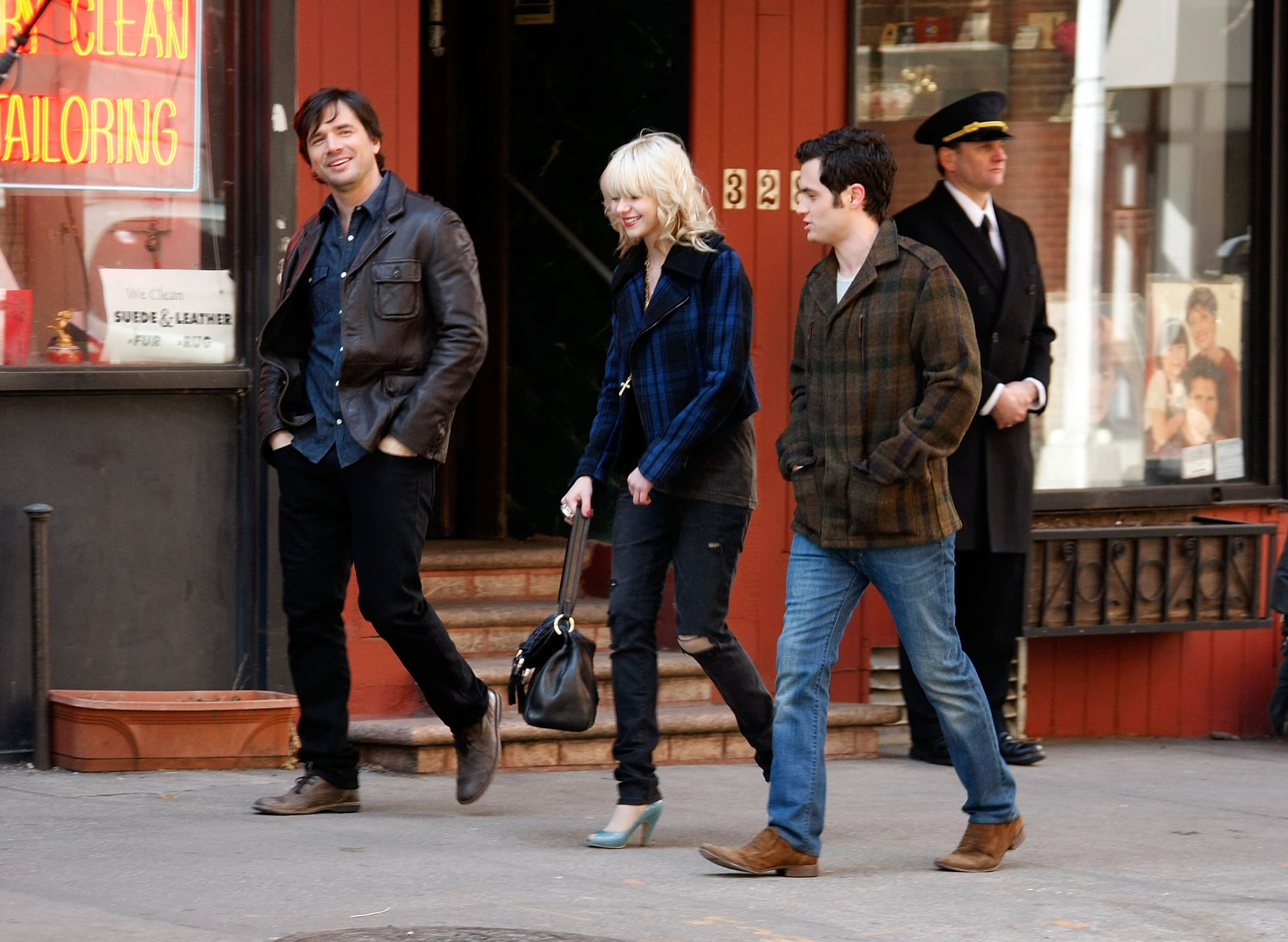 Onscreen Humphrey family — Matthew Settle, Taylor Momsen, and Penn Badgley — shared a scene in March 2009.