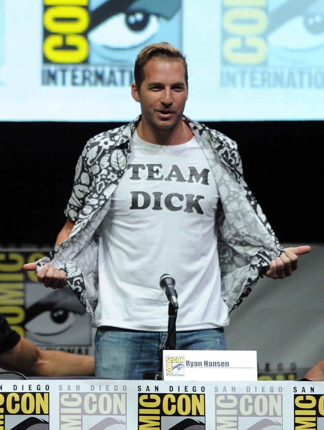 Ryan Hansen wore a hilarious t-shirt to the Veronica Mars speaker panel and presentation.