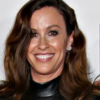 Alanis Morissette goes nude (and underwater!) for pregnancy pic