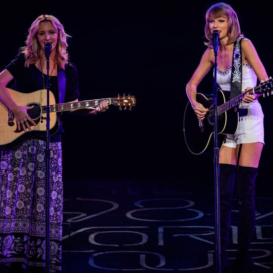 "Taylor Swift and Lisa Kudrow Sing ""Smelly Cat"" 