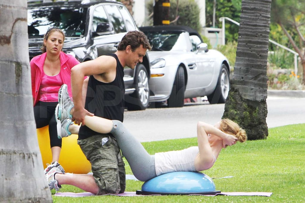 Leslie Mann did some crunches with Jason Segel.