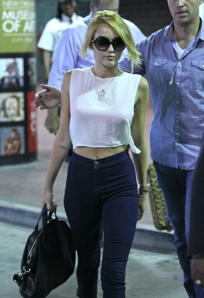 Miley Cyrus wore round-shaped sunglasses while traveling.