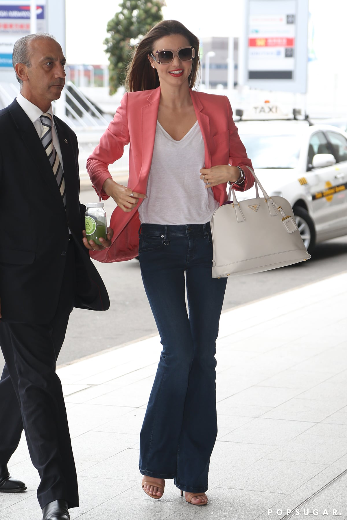 miranda kerr landed in sydney looking bright in a coral. Black Bedroom Furniture Sets. Home Design Ideas