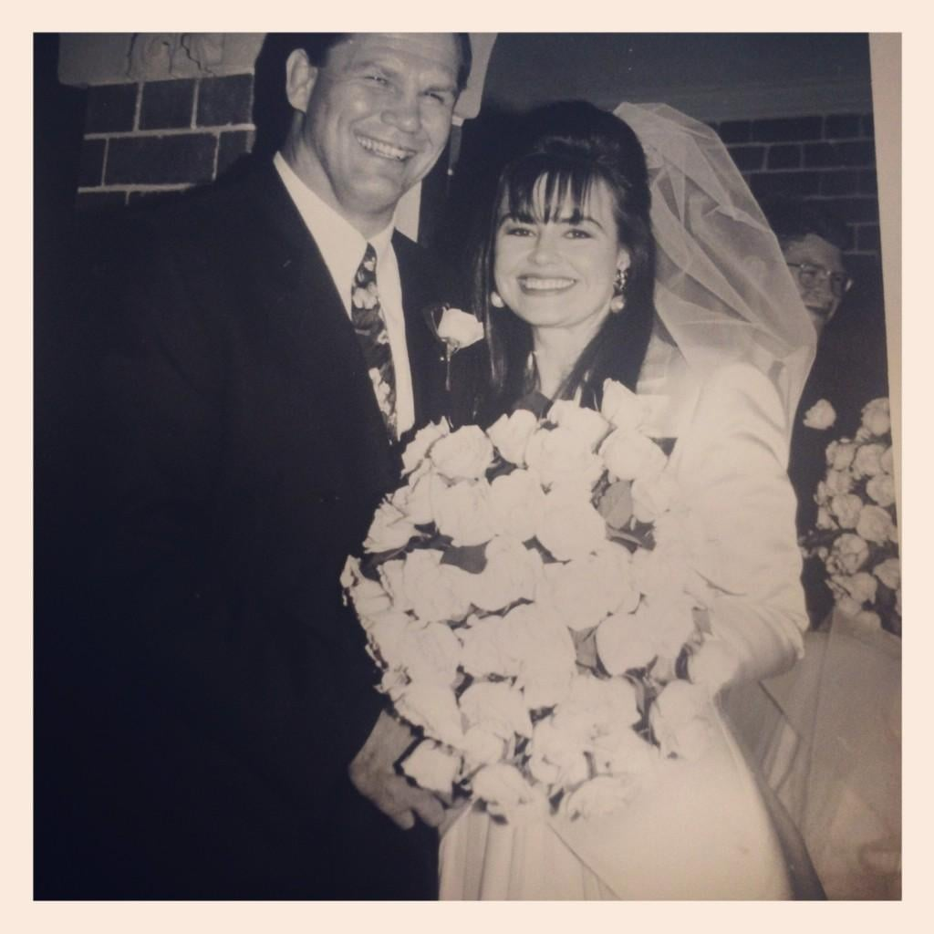 Lisa Wilkinson shared a photo of her wedding day with Peter FitzSimons on their 20th anniversary. Source: Twitter user Lisa_Wilkinson