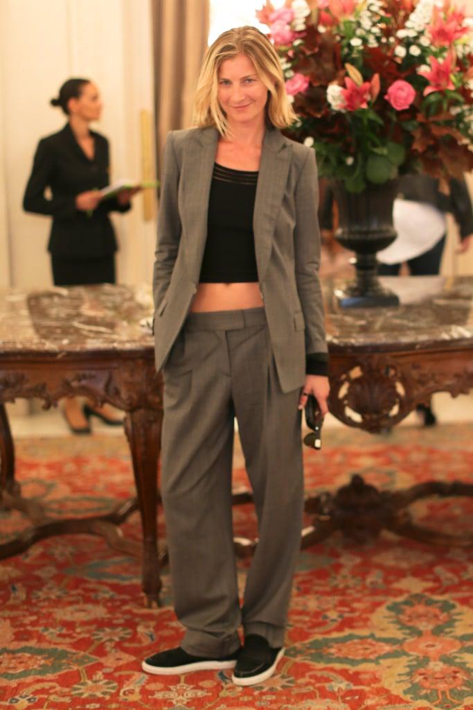 Elizabeth von Guttman showed us her laid-back style at the Alexandre Birman presentation in Paris.