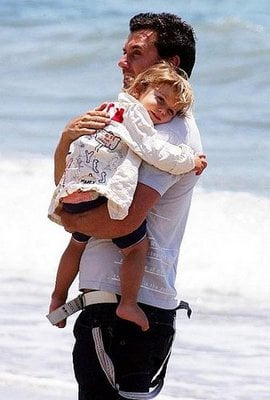 Kingston Rossdale soaked up the sun and daddy Gavin's love.