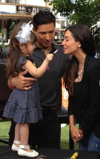 Mario Lopez's daughter, Gia, gave her mom, Courtney Mazza, a quick touch-up on the set of Extra. Source: Twitter user MarioLopezExtra