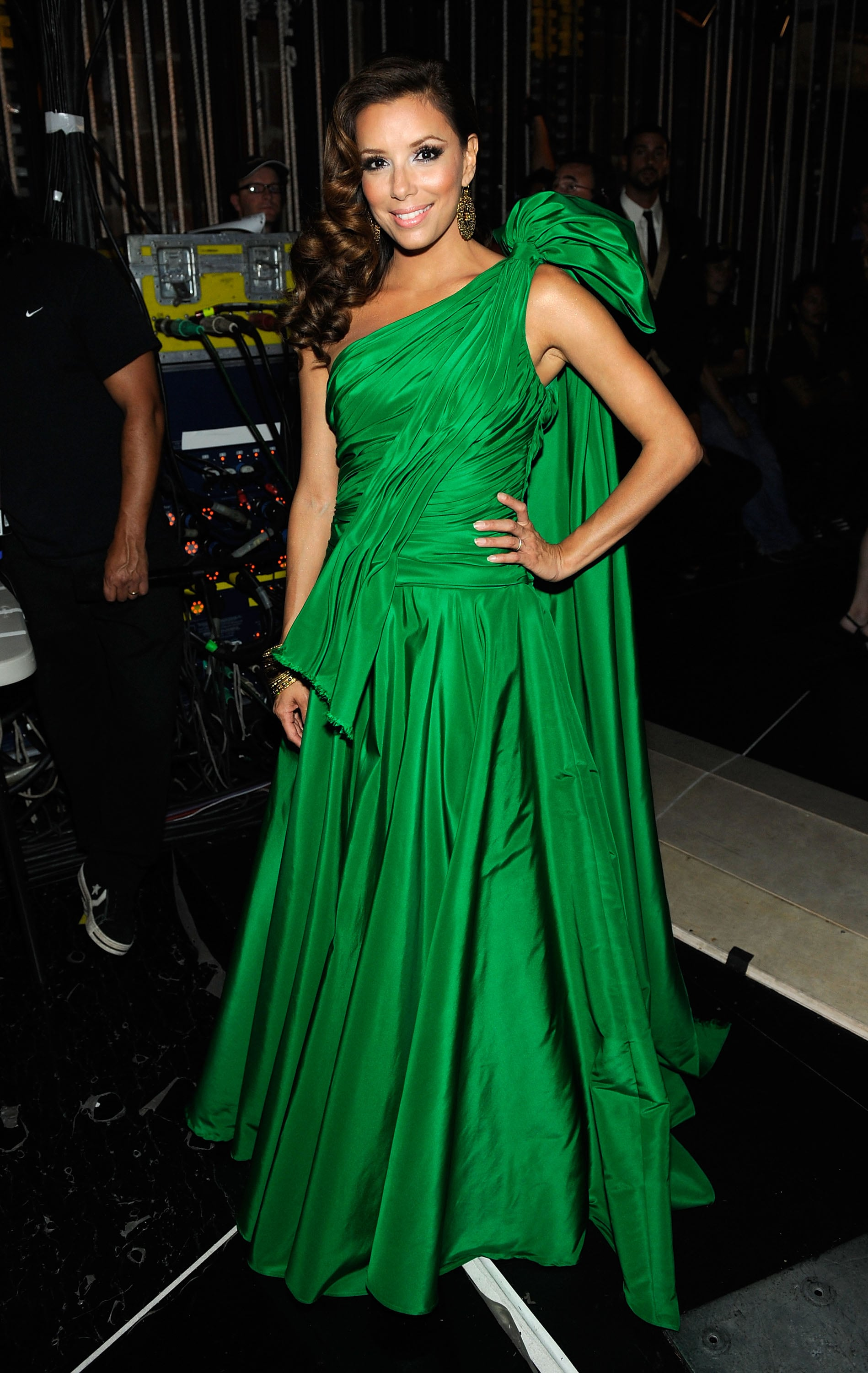 Hello, gorgeous! Eva wowed in a brimming kelly green Gustavo Cadile gown while hosting the 2009 ALMA Awards.