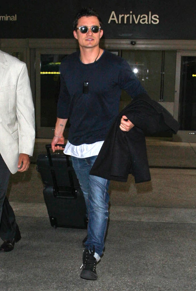 Orlando Bloom lugged his luggage.