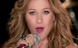 Kelly Clarkson May Not Hook Up, but She Does Kiss