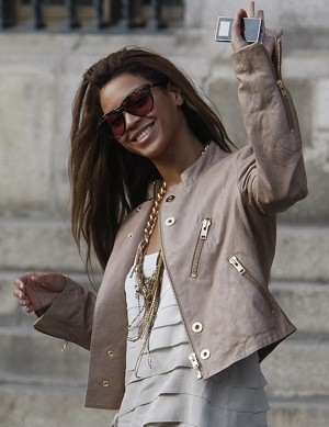 Photo of Beyonce Knowles Wearing Beige Leather Jacket in Berlin