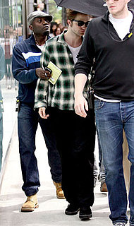 Photos of Robert Pattinson filming Remember Me in NYC 2009-06-17 17:28:00